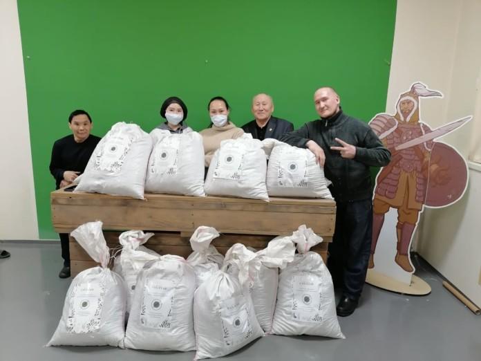 Компания «Сахачай» подарила свою продукцию домам престарелых
